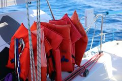 航行划船在海洋,在海关闭的船优质图象豪华经验 免版税图库摄影