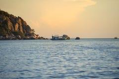 航行到夜下潜目的地的佩戴水肺的潜水小船在酸值t附近 免版税库存图片