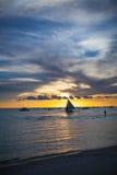 航行到日落在博拉凯海岛  免版税库存图片
