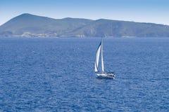 航行到Bisevo海岛在亚得里亚海 免版税库存图片