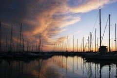 游艇剪影在有不可思议的天空的小游艇船坞 免版税库存照片