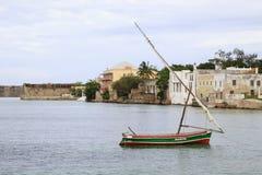 航行单桅三角帆船和莫桑比克海岛海风景  免版税库存图片