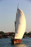 航行单桅三角帆船 免版税库存照片