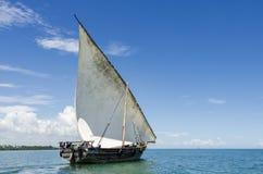 航行单桅三角帆船 免版税图库摄影