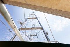 航行反对天空和云彩背景的游艇帆柱 免版税库存图片