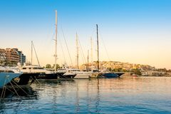 航行和豪华在Zeas小游艇船坞开汽车游艇 日落和v 免版税库存照片