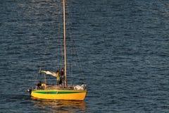 航行回到港口 图库摄影