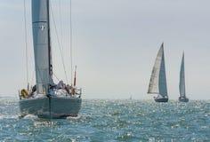 航行在一个美好的晴天的帆船或游艇 免版税图库摄影