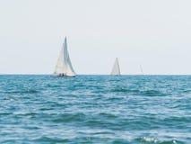 航行在一个晴天的三条小风船 库存照片