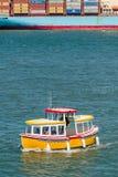航行在一条滑稽的小船的游人在码头39附近在旧金山美国 免版税图库摄影