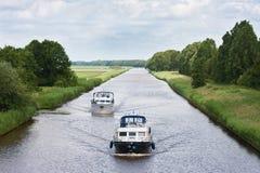 航行在一条荷兰语运河的二条游艇 库存照片