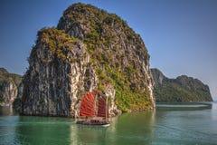 航行在下龙湾,越南的传统船 免版税库存照片