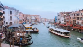 航行在亚诺河的长平底船和不同的小船 免版税图库摄影