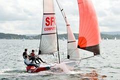 航行在充气救生艇的孩子竞争 免版税库存图片