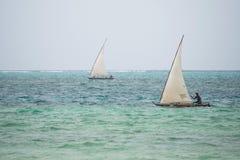 航行在单桅三角帆船, Kiwengwa村庄,桑给巴尔的渔夫 库存图片