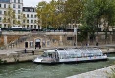 航行在塞纳河下的旅游轮渡 库存图片
