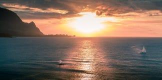 航行在夏威夷海岸的日落期间的风船 库存图片