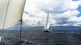航行在多暴风雨的天气 在海的豪华小船 免版税库存图片