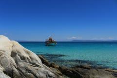 航行在天空的蓝色和海之间 库存照片