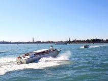 航行在威尼斯湾8的小船 库存照片