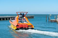 航行在小船的游人在旧金山美国附近 免版税库存照片