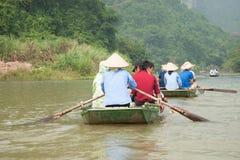 航行在小船的游人 免版税图库摄影