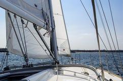 航行在岸附近 免版税库存图片