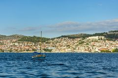 航行在市的一点风船海希贝尼克前面 免版税图库摄影