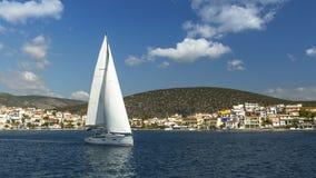 航行在希腊海岛附近 乘快艇 免版税库存图片
