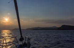 航行在往海角Sounio的黄昏,希腊 库存照片