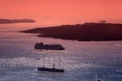 航行在日落以后。 Fira, Santorini。 库存图片