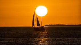 航行在日落 免版税库存图片