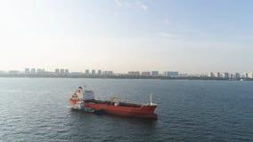 航行在晴朗的天气的海的许多货船在天空蔚蓝背景 射击 移动水路的驳船  库存照片