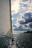 航行在有美丽的云彩的河Haringvliet 图库摄影