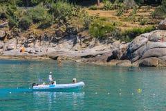 航行在汽艇的人们在第勒尼安海中水域  免版税图库摄影