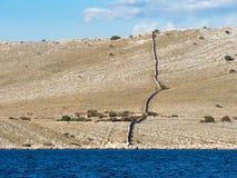 航行在沿一个海岛村庄的一条游艇在克罗地亚,种田a 库存图片