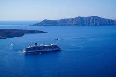 航行在浩大的蓝色地中海的大轮渡船和速度小船有破火山口山和天空背景 库存照片
