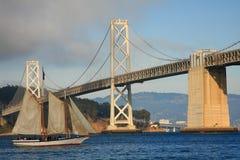 航行在海湾桥梁下 免版税库存图片