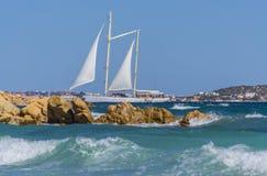 航行在海的一条小船在帕劳撒丁岛附近,意大利 免版税图库摄影