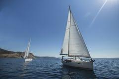 航行在海的两条豪华游艇 旅行 库存图片