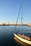 航行在海的游艇小船 免版税库存照片