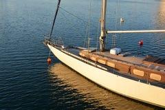 航行在海的游艇小船 免版税库存图片