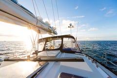 航行在海洋水的游艇小船反对日落 汽车城市概念都伯林映射小的旅行 库存图片