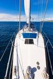 航行在海洋水的游艇小船反对日落 汽车城市概念都伯林映射小的旅行 库存照片