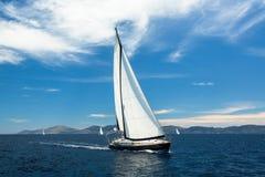 航行在海洋水,室外生活方式的游艇小船 免版税库存照片