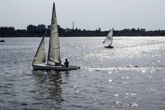 航行在湖的小船 库存图片