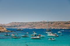 航行在科米诺岛海岛上的美丽的蓝色盐水湖乘快艇 图库摄影