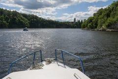 航行在老城堡的湖标题的两艘船在海岸 免版税库存照片