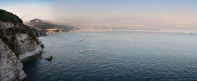 航行在萨莱诺海湾的阿马尔菲海岸和小船  库存图片