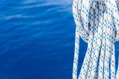 航行在蓝色海背景的秋天绳索 免版税库存图片